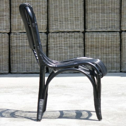 Musta tuoli rottinkia
